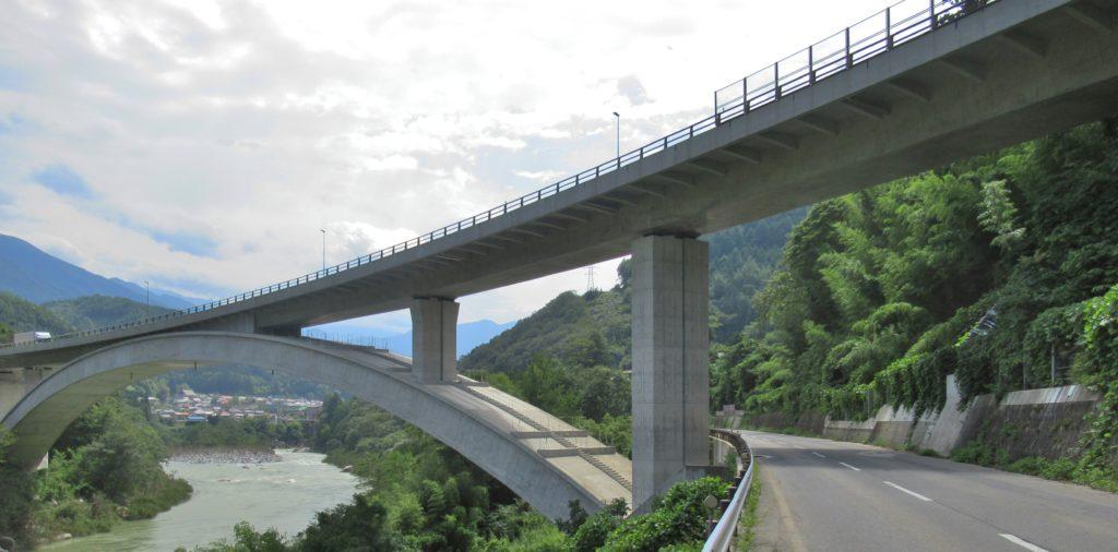 国道の陸橋下付近の右岸道路