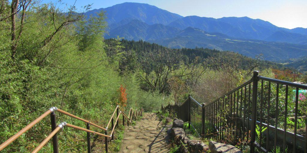 恵那山が見える階段の道